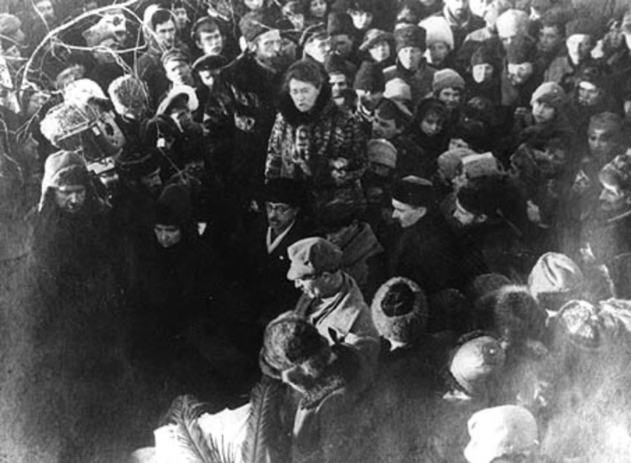 Entierro de Kropotkin. Emma Goldman en el centro