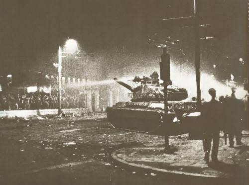 750699_17-Νοέμβρη-1973-εισβολή-του-τανκ-της-χούντας-στο-Πολυτεχνείο